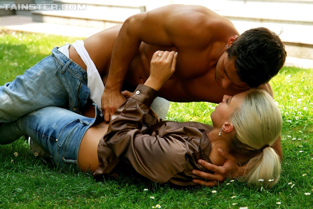 Развратный половой акт с симпатичной девушкой на зеленой травке
