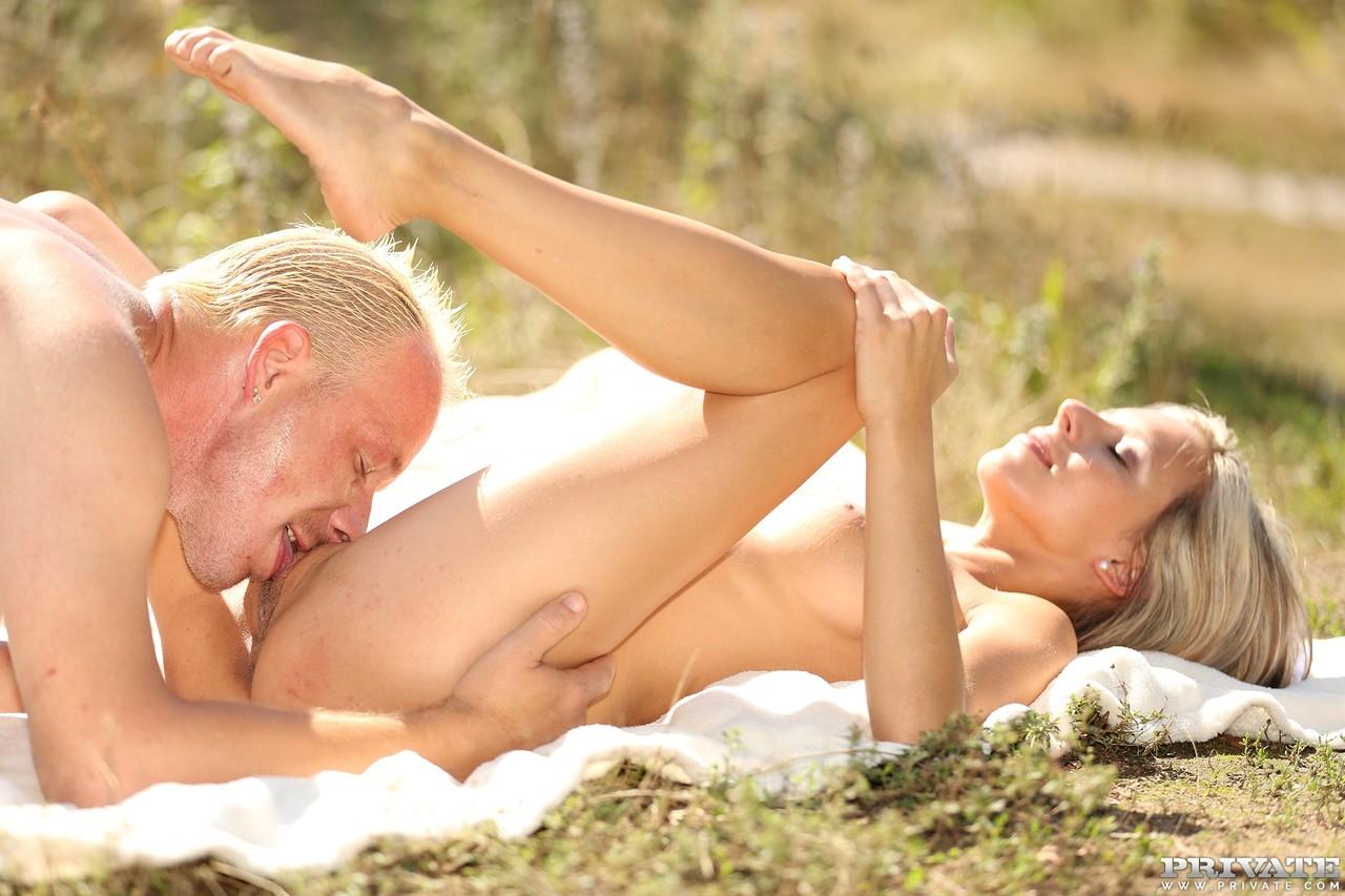 Зрелая блондинка наслаждается солнцем и куни