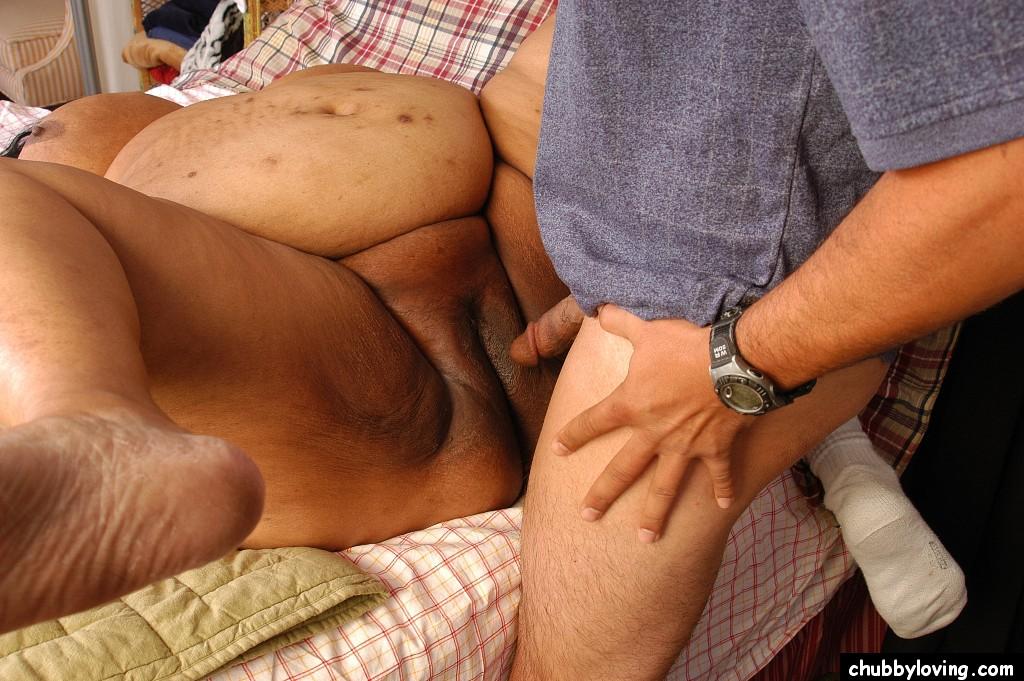 Мужик хочет удовлетворить очень жирную зрелую женщину