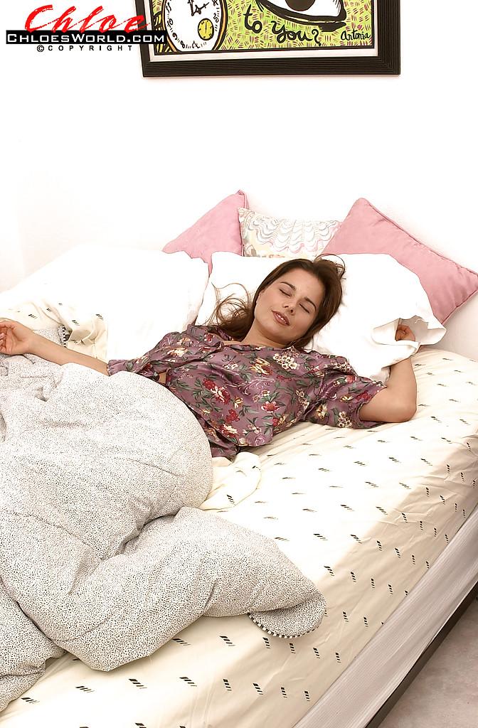 Нежно и чувственно мастурбирует волосатую киску, лежа на кровати