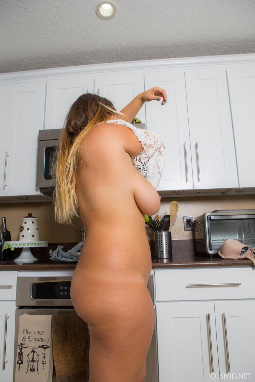 Потаскуха показала большие сиськи и аппетитную задницу на кухне