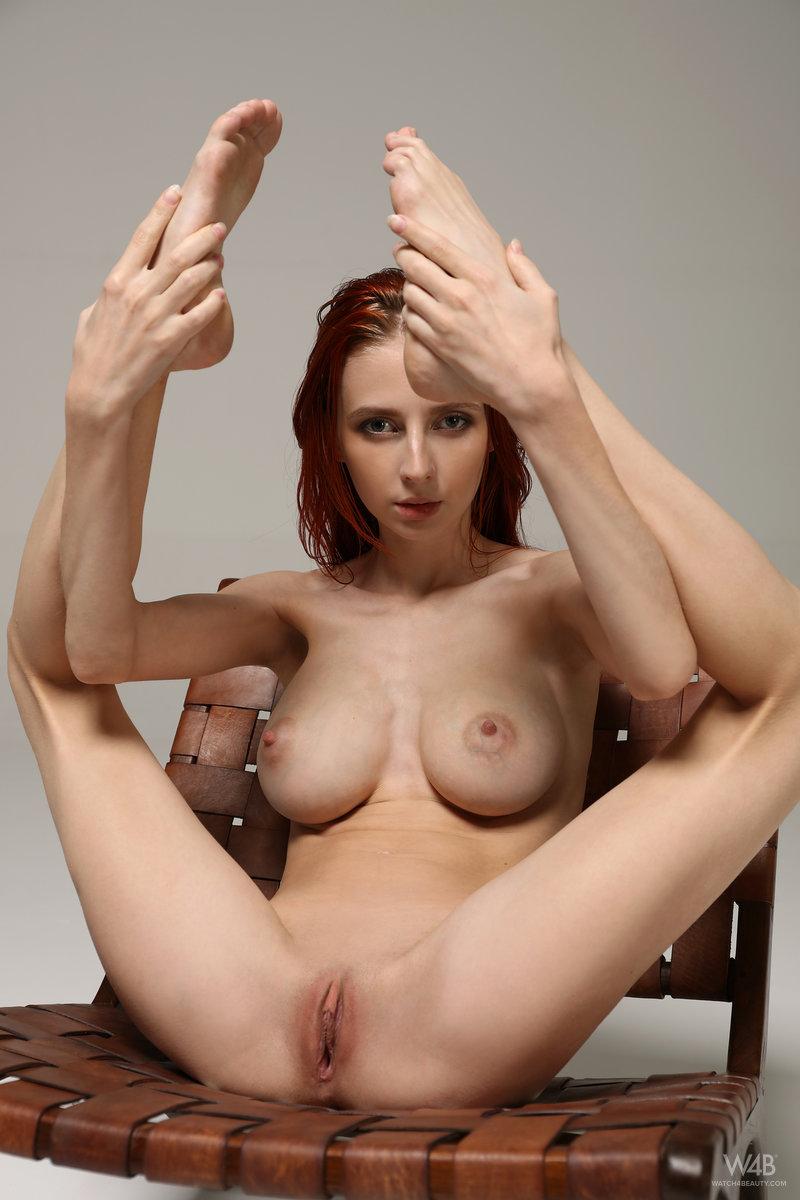 Молоденькая рыжеволосая тёлка продемонстрировала бритую киску