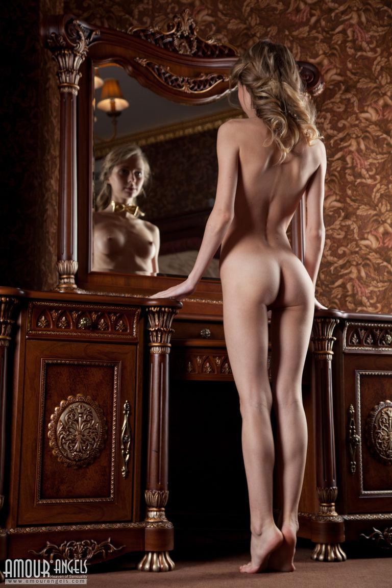 Начинающая худенькая модель позирует для мужского журнала