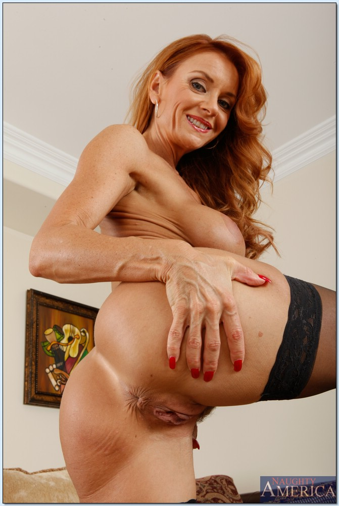 Рыжеволосая старушка сует пальцы в разгоряченное влагалище