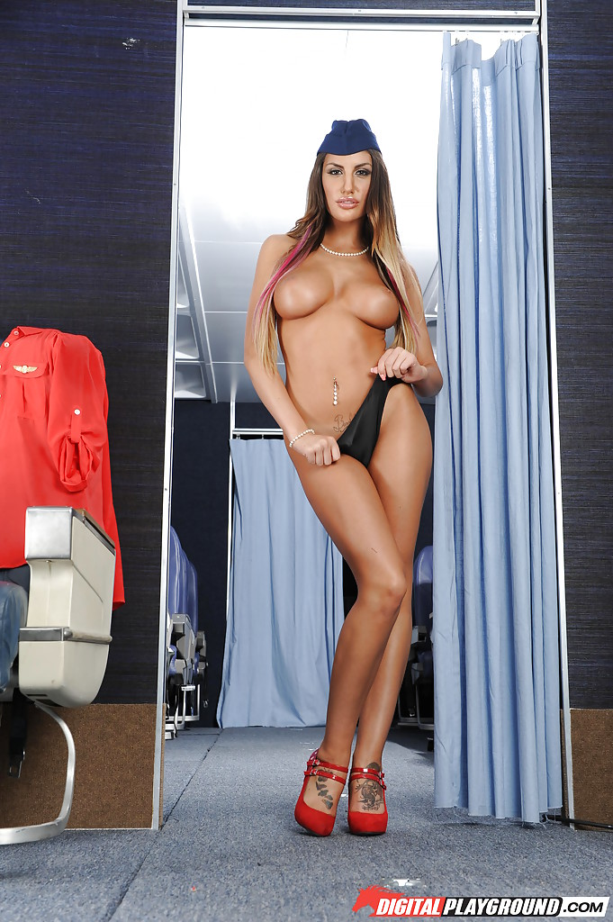 Сексапильная стюардесса с упругими сиськами мастурбирует письку