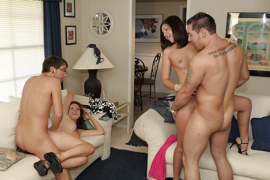 Групповое половое сношение с молоденькими сучками на диване