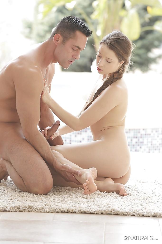 Нежный фут фетиш и чувственный вагинальный секс с молодкой
