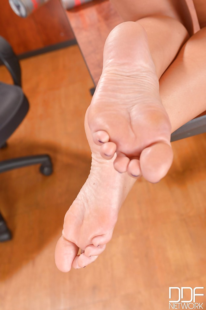 Светловолосая сучка с красивыми ножками расслабляется в кабинете