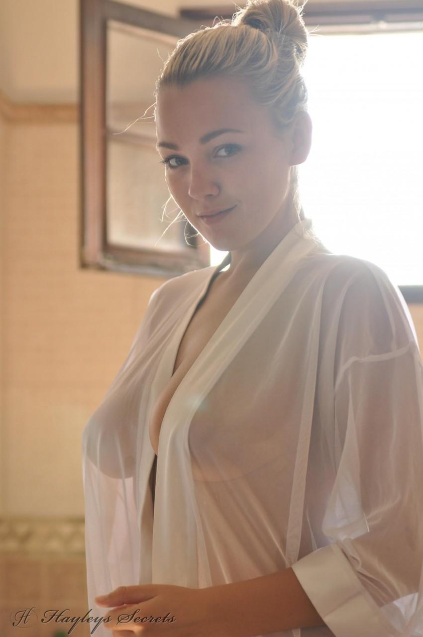 Утренняя эротика от сексапильной блондинки с большими грудями