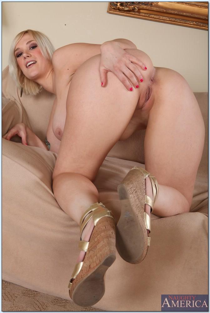 Пышная блондинка с большими дойками и аппетитной попкой