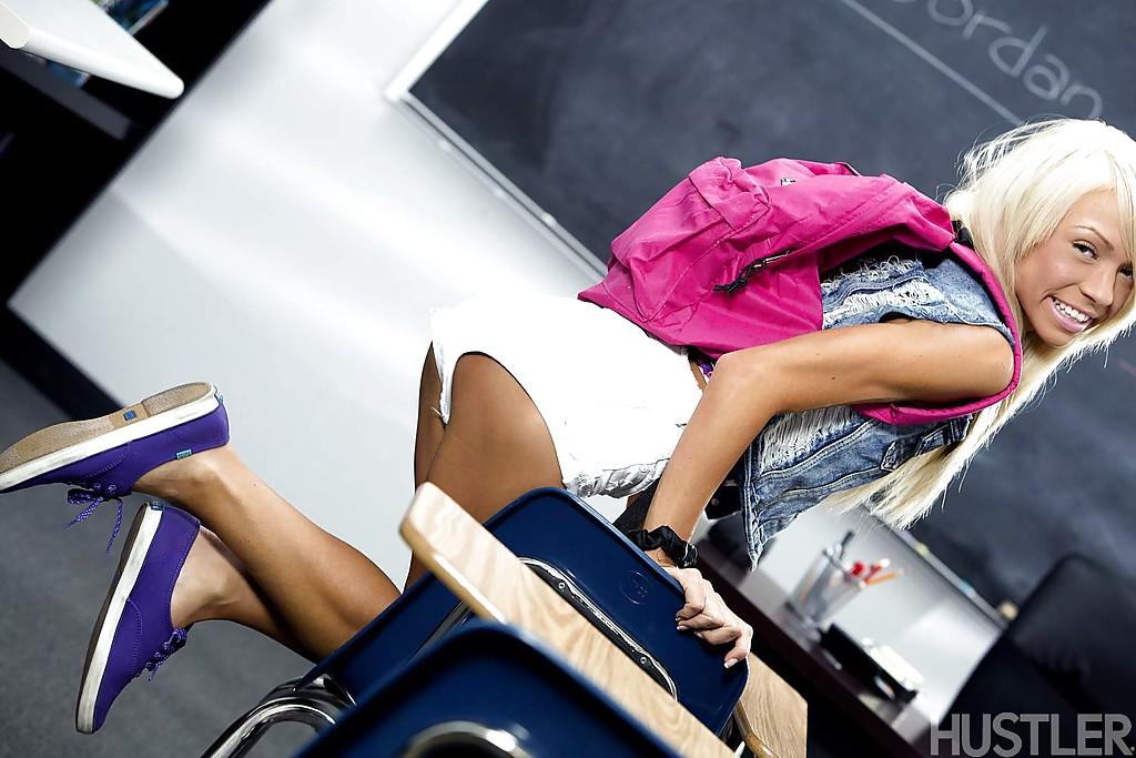 Миниатюрная студентка закрылась в классе и разделась догола