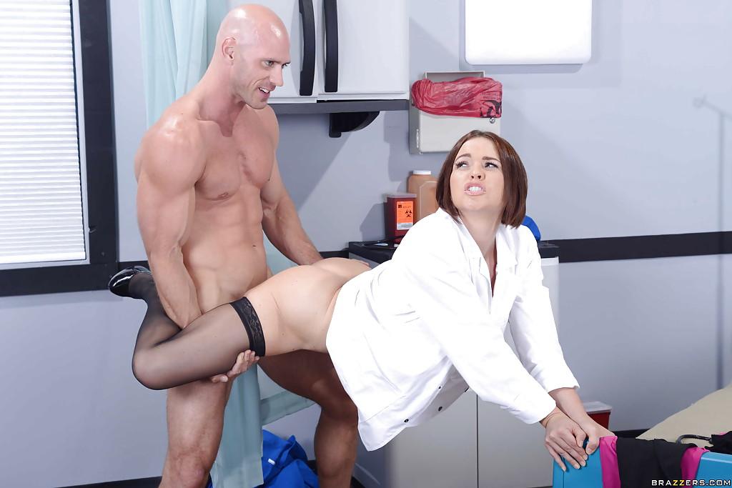 Главврач с большими сиськами занимается сексом с лысым санитаром
