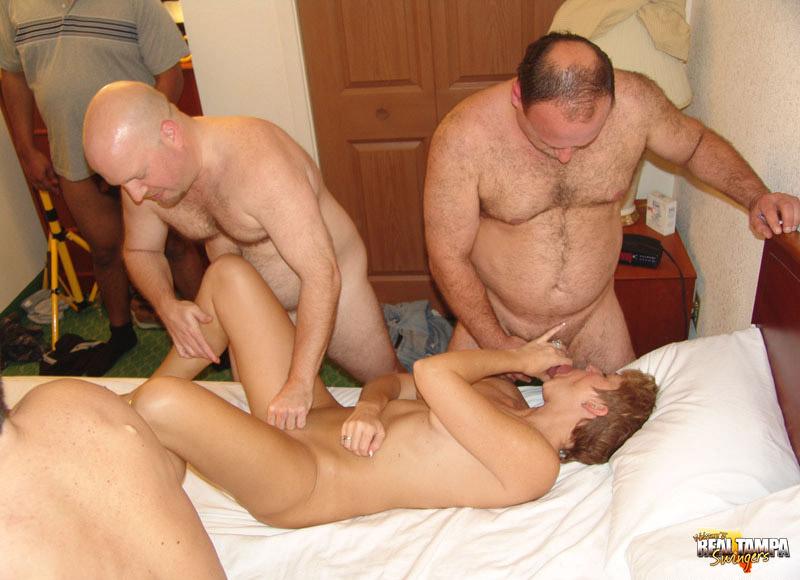 Зрелые мужики и бабы устроили групповое порно на съемной хате
