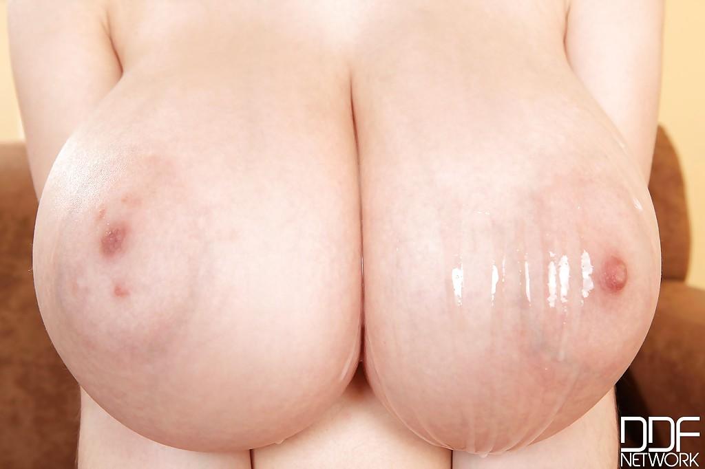Кончил горячей спермой на большие натуральные сиськи темноволосой девахи