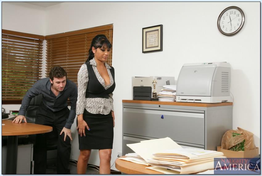 Парень оприходовал зрелую коллегу по работе в разных позах