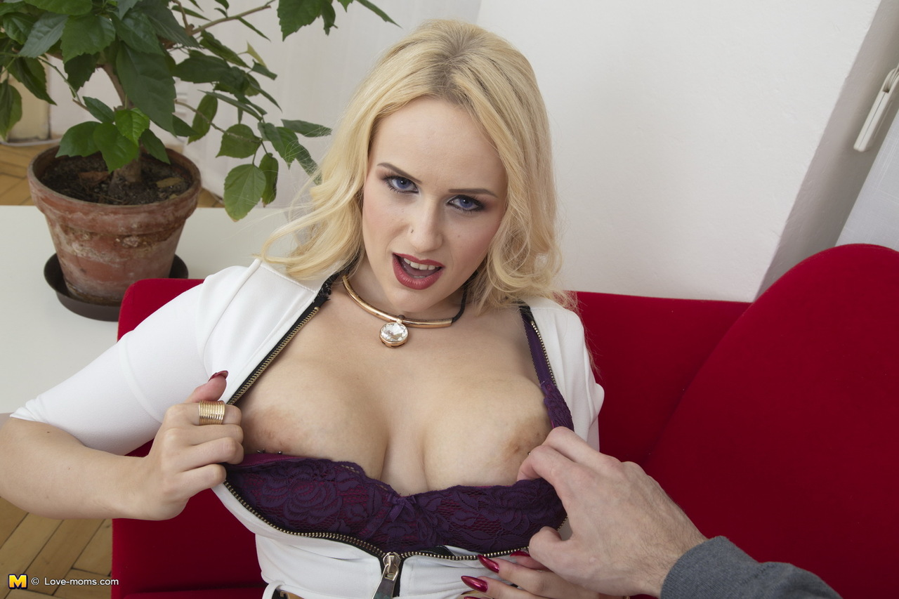 Светловолосая мамочка с упругой грудью хочет трахаться