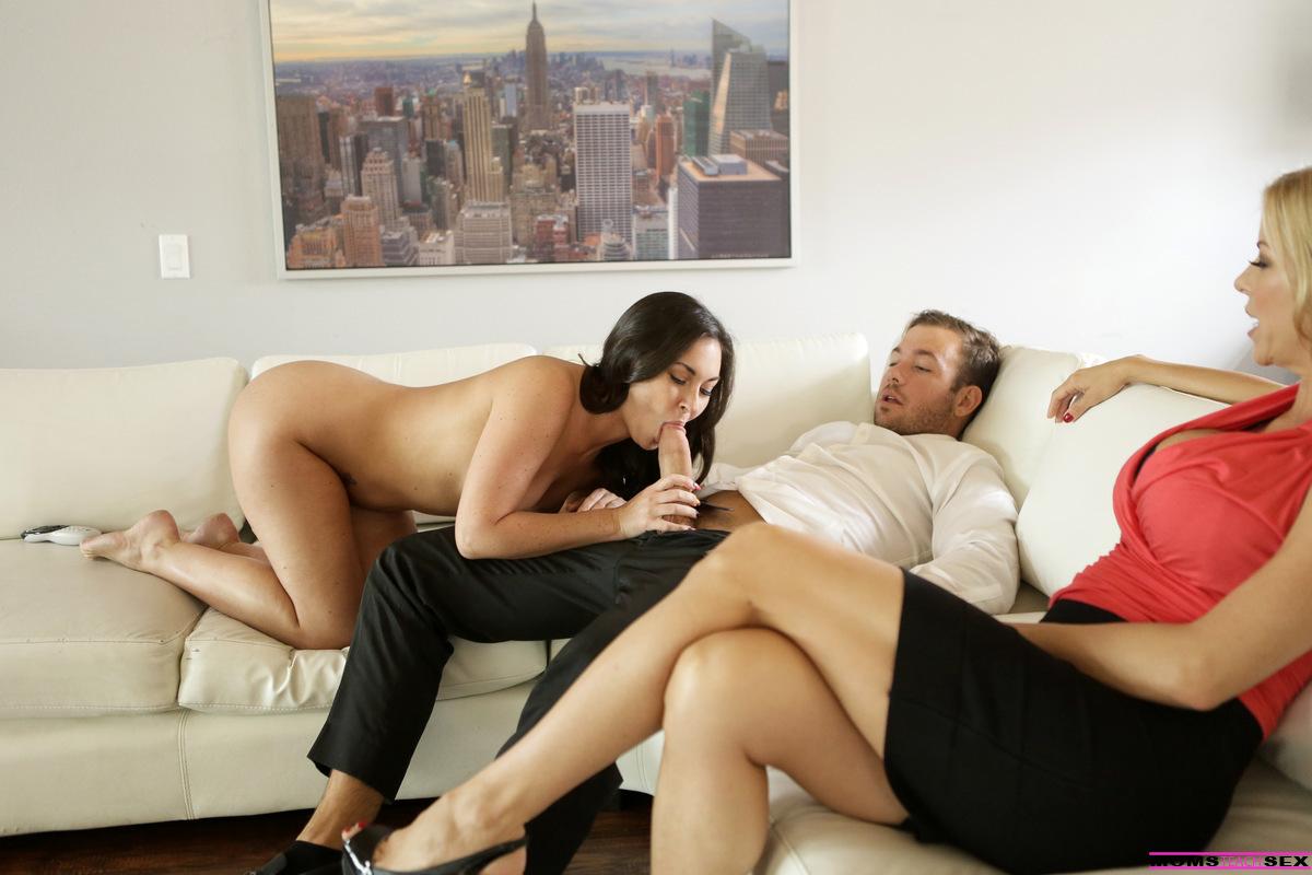 Возбужденный парень трахается с жаркими и страстными сучками на диване