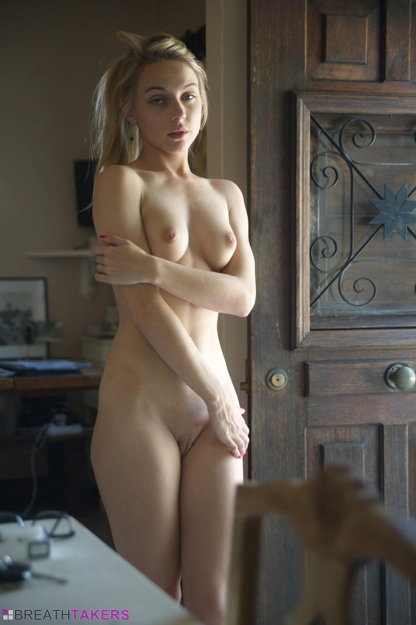Эротические фото обворожительной любвеобильной молодушки