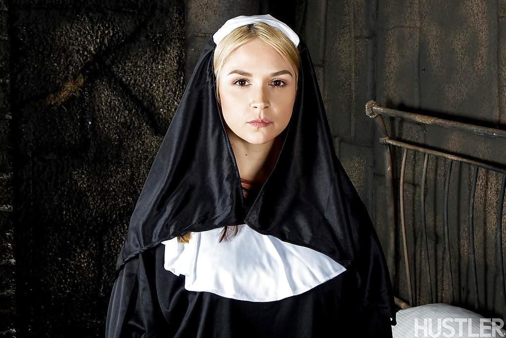 Сексапильная монахиня с большими сиськами и сладкими дырками