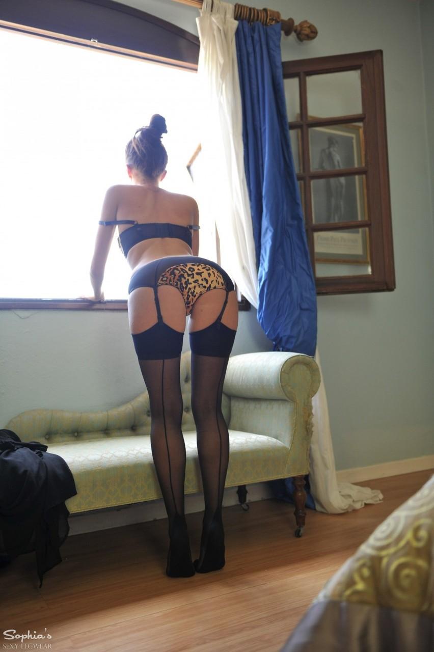 Сексапильная стройная девушка с красивой интимной стрижкой на лобке
