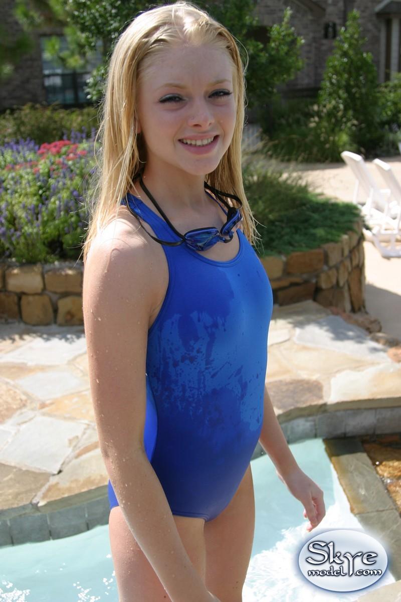 Совершеннолетняя симпатичная девушка в синем купальнике
