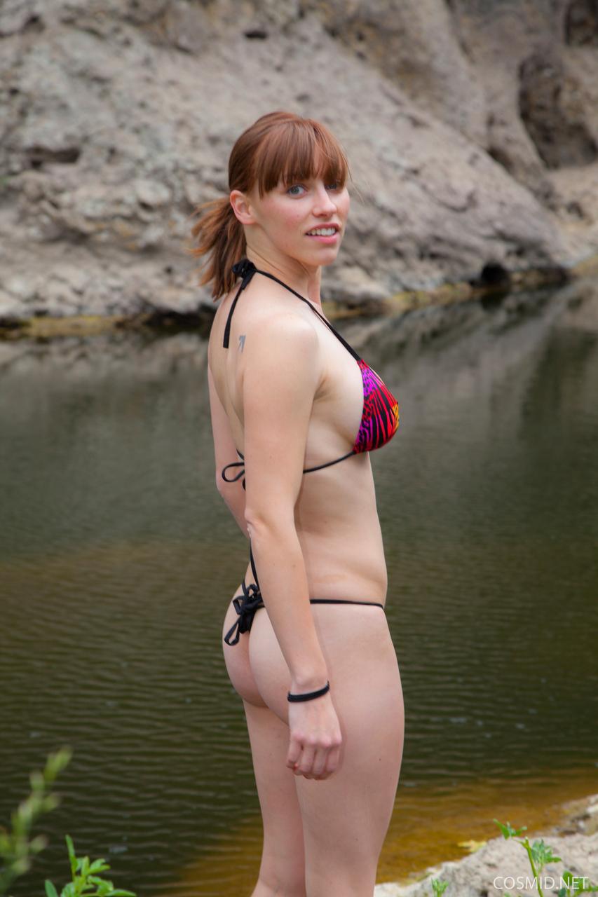 Похотливая девушка отдыхает возле реки совершенно одна