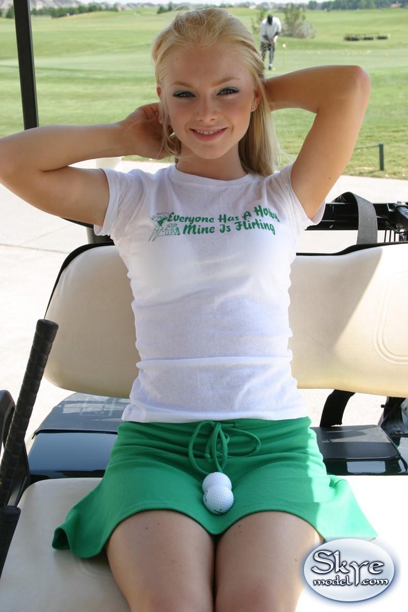 Очаровательной блондинке надоело играть в гольф