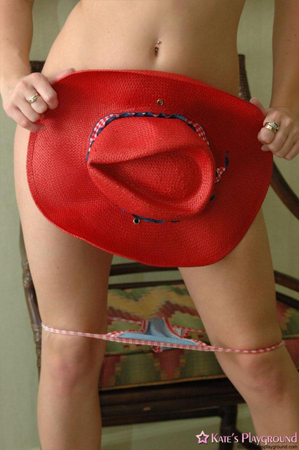Привлекательная девица прикрывает шляпой интимные части тела