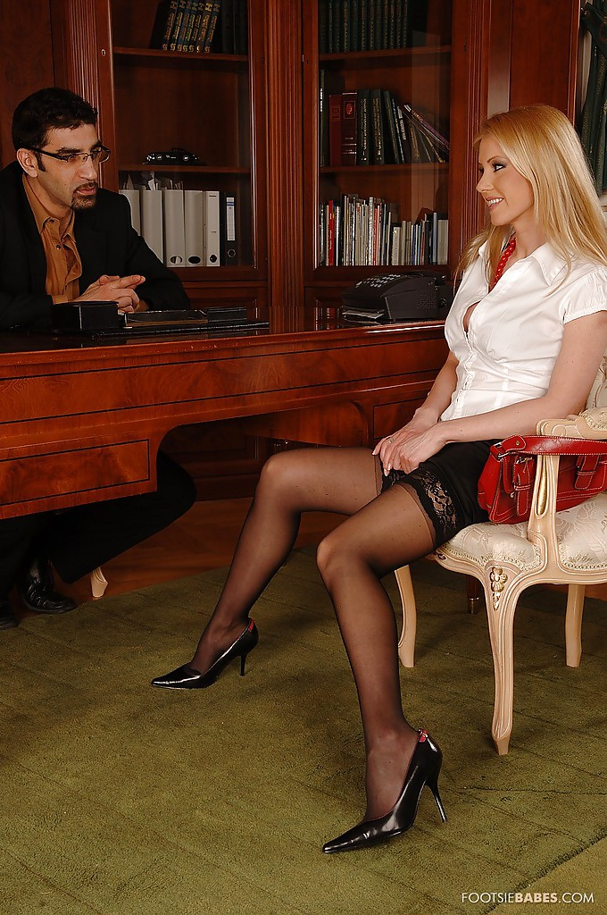 Горячая блондинка в черных чулках соблазняет мужика на секс