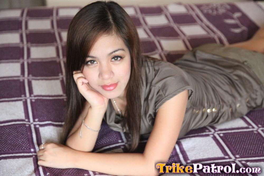 Волосатая узенькая киска симпатичной азиатской молодушки