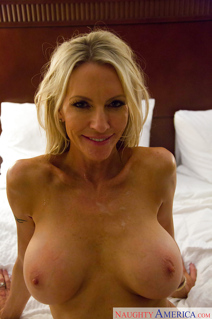 Секс зрелой женщины Emma Starr и мускулистого чувака в гостинице