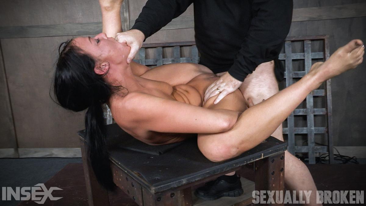 Мужики жестко трахают гибкую брюнетку с двух сторон