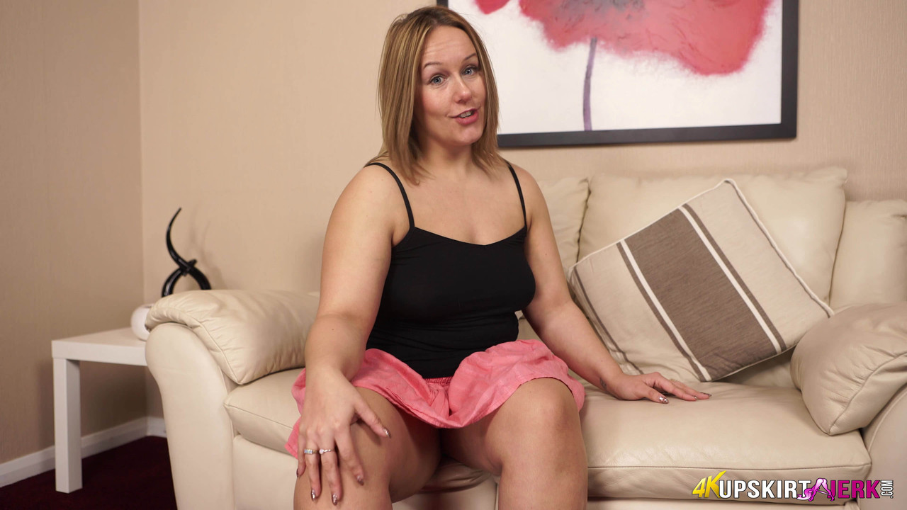 Пышная чертовка задирает юбку и показывает большую задницу