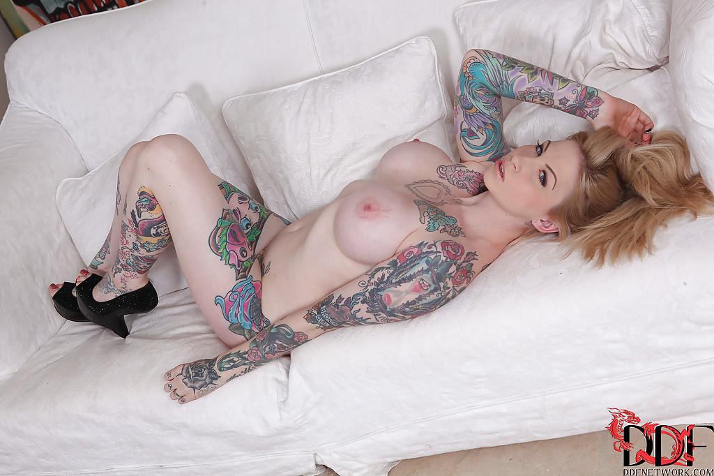 Сексуальная татуированная чертовка с большими круглыми сиськами