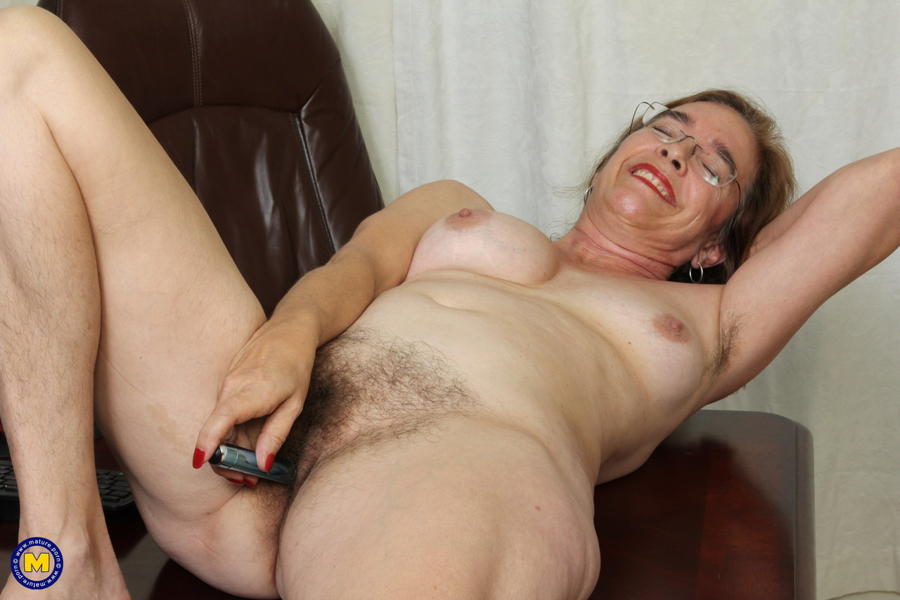 Американская старушка мастурбирует волосатую вагинальную дырку
