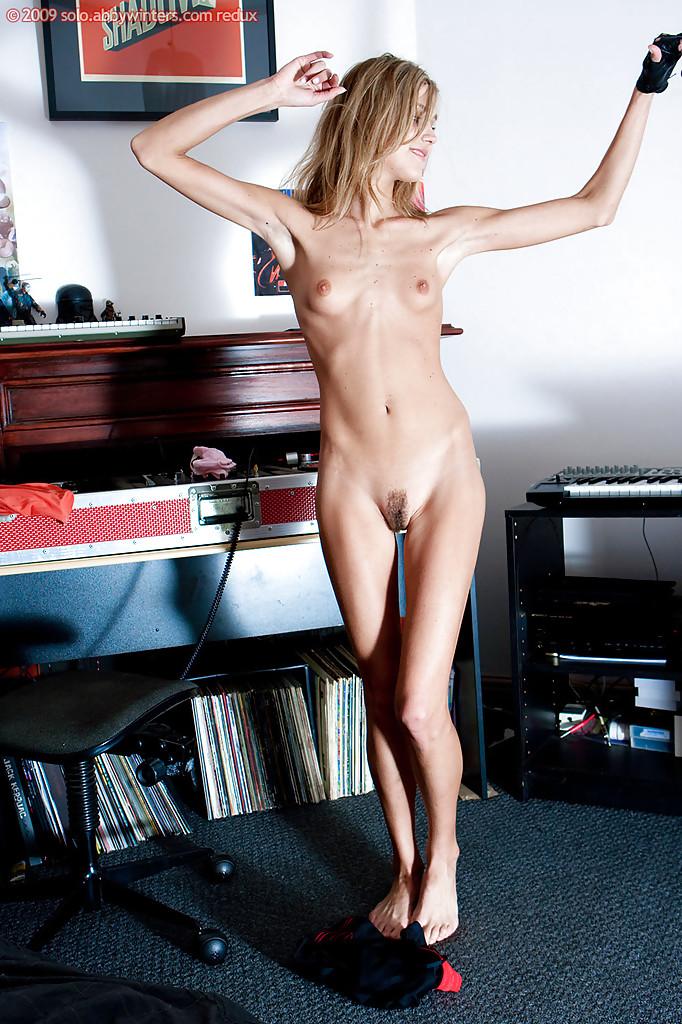 Миниатюрная девица слушает музыку и раздевается догола
