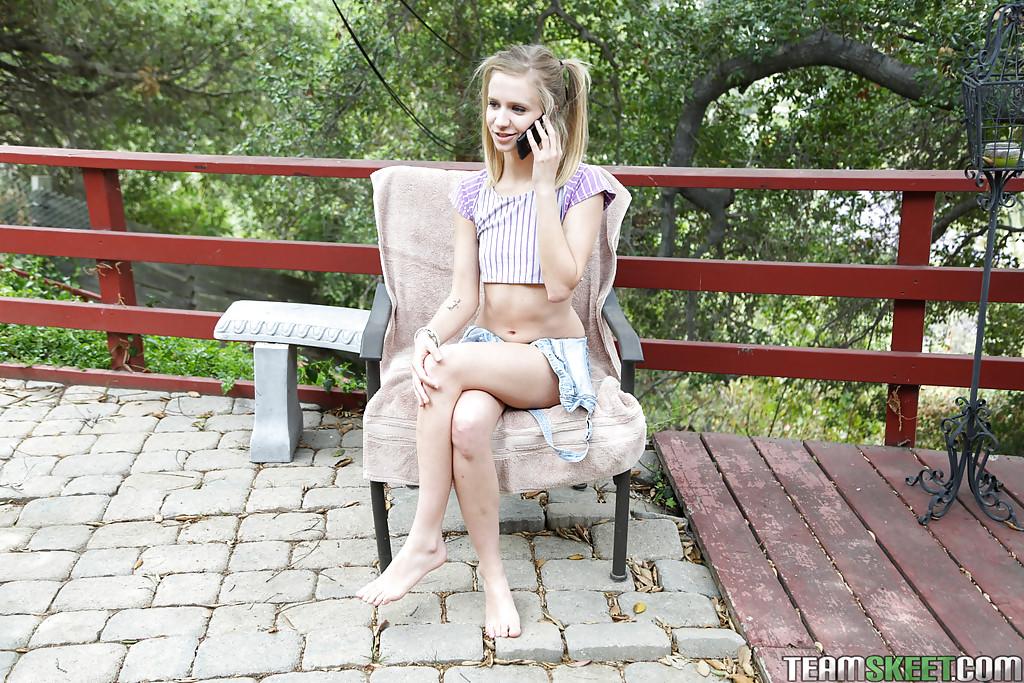 Молоденькая девка с крошечными сиськами сняла с себя трусики