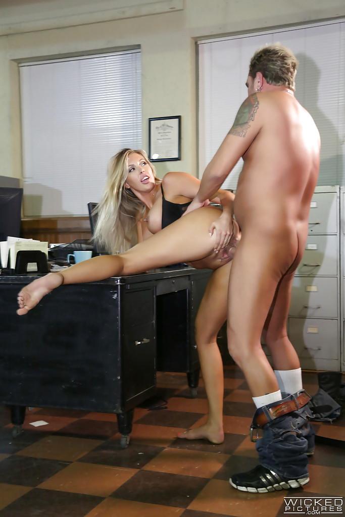 Восхитительную блондинку оприходовали в офисе на столе