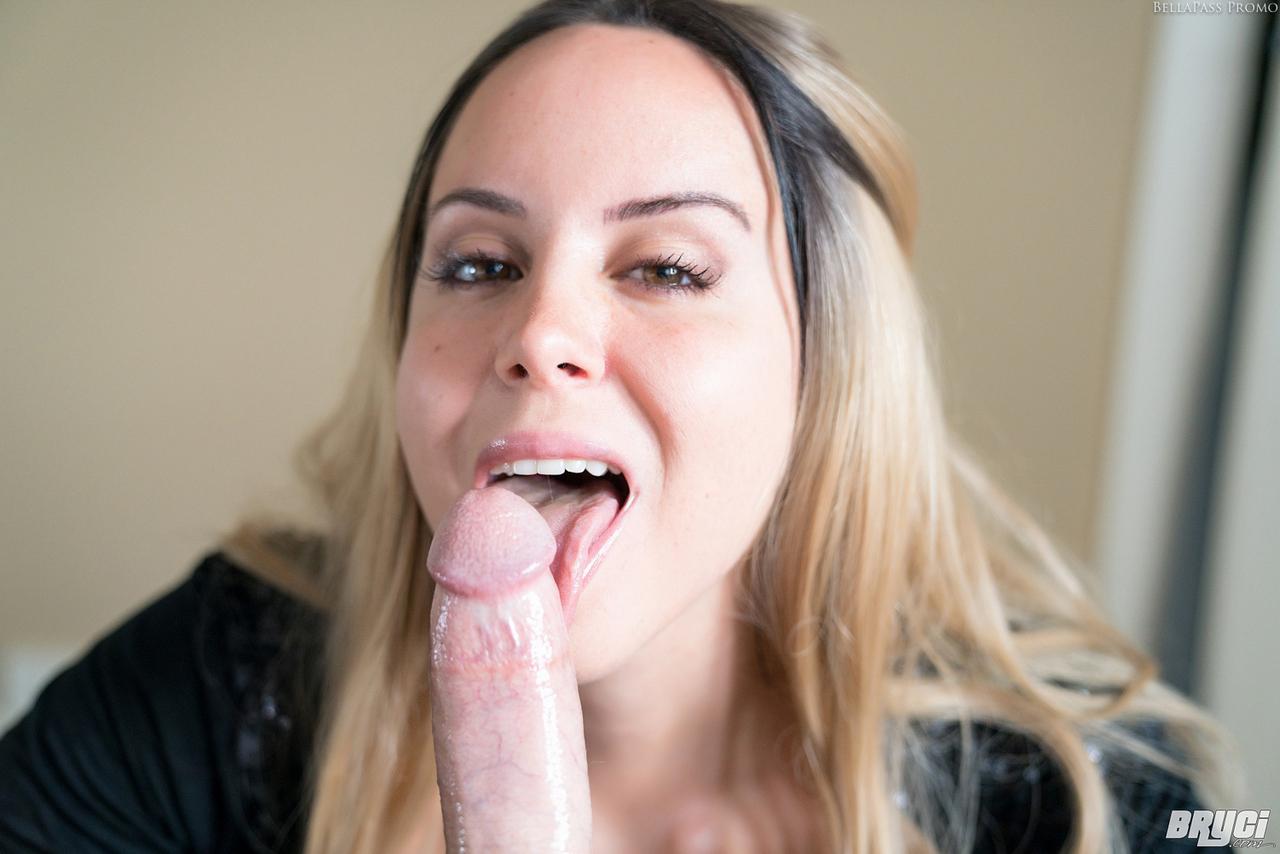 Сексапильная аппетитная сучка смачивает большой пенис слюной