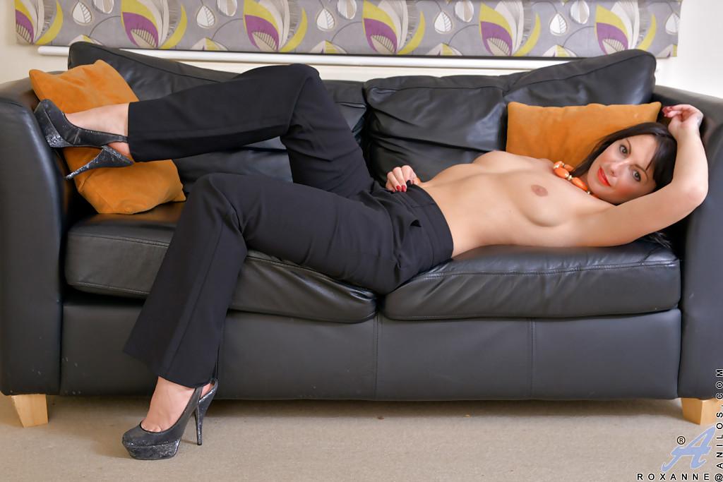Лежит на диване и демонстрирует разгоряченную пилотку