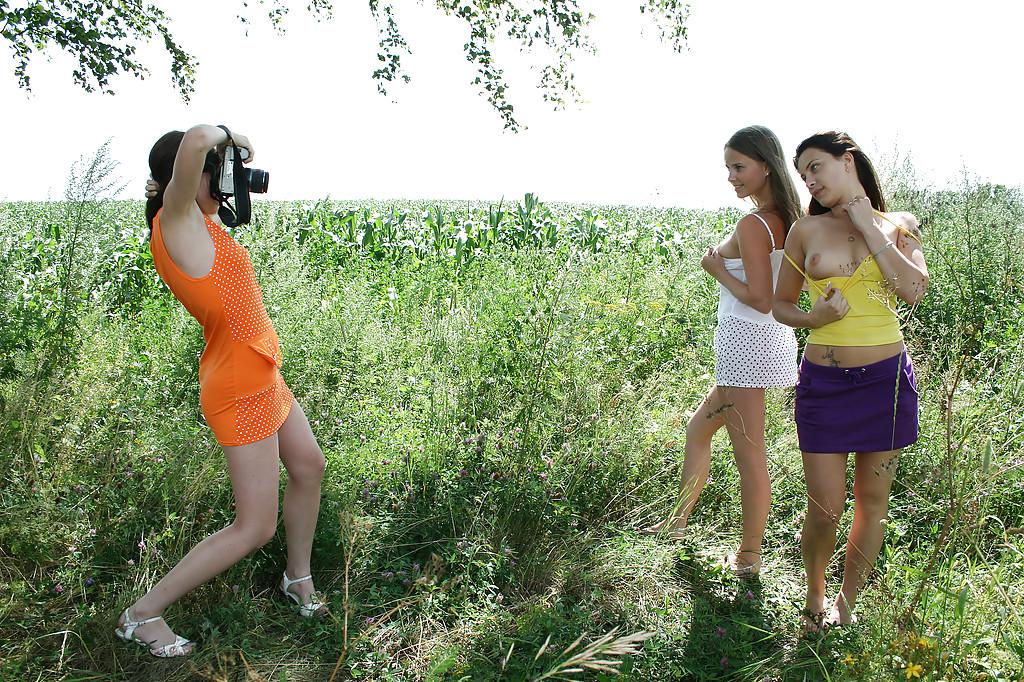 Молоденькие потаскушки демонстрируют попки и сиськи на природе