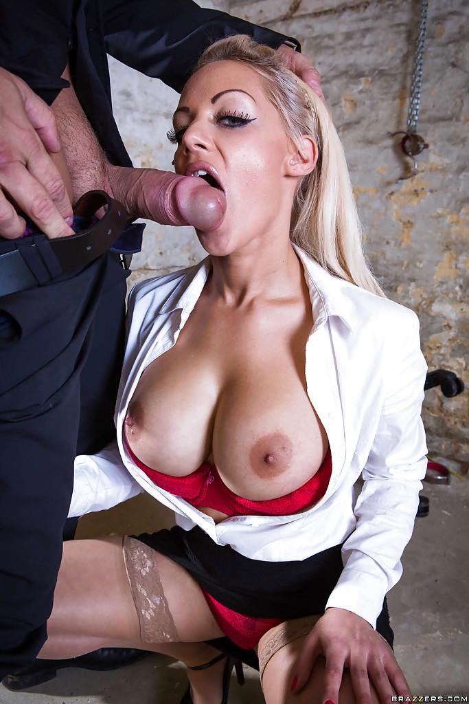 Сногсшибательная секретарша с удовольствием берет в рот член босса
