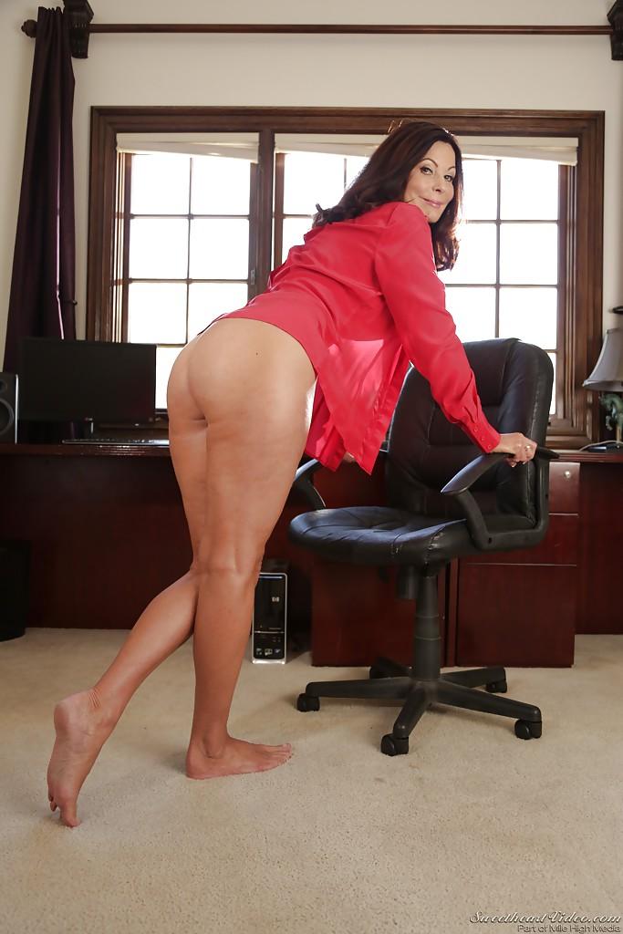 Взрослая женщина с натуральными сиськами раздвигает ножки