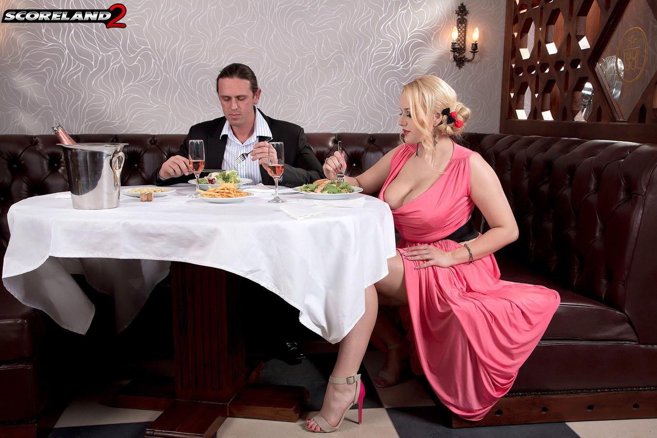 Трахнул блондинку с пышными сиськами прямо в ресторане