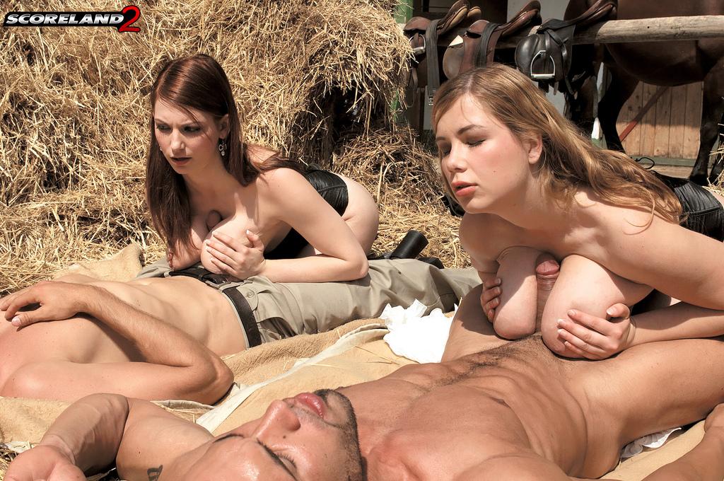 Пышных сельских девок с большими дойками трахают на конюшне