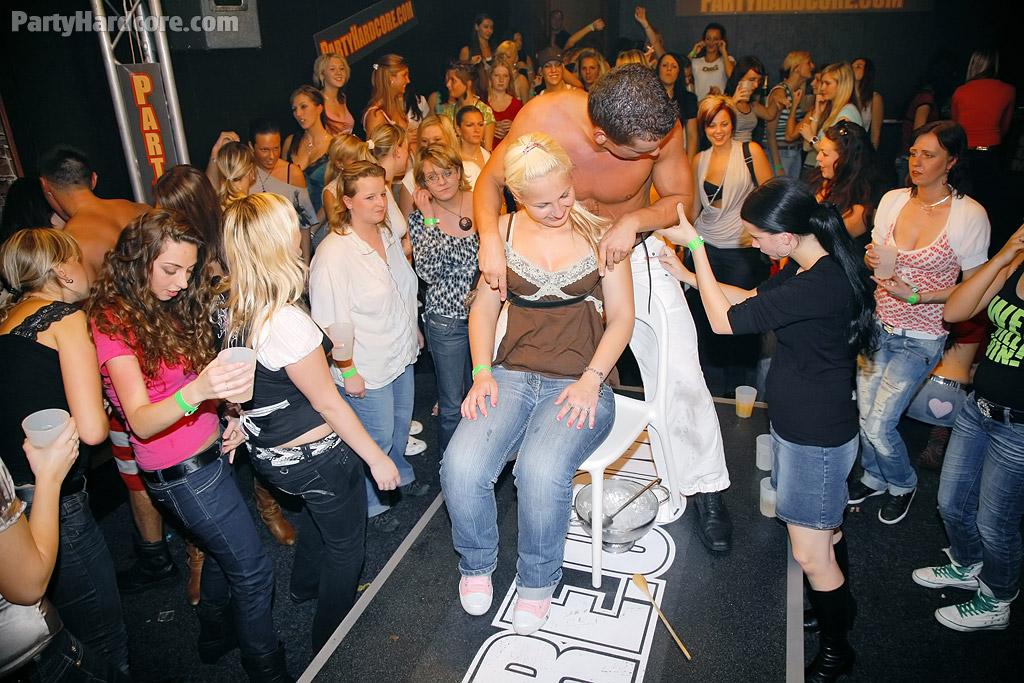 Стриптизеры развлекают молоденьких развратниц на вечеринке