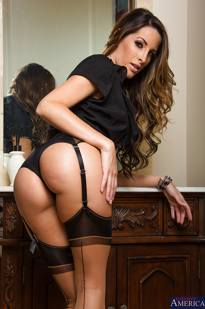 Сладострастная потаскушка в сексуальном нижнем белье и в красивых чулках