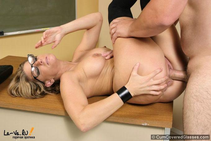 Сексуальная училка сосёт член - фото #13