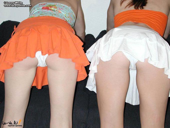 Две девушки облизывают соски