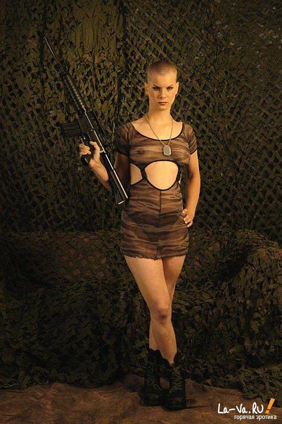 Коротко стриженная мастурбаторша с оружием